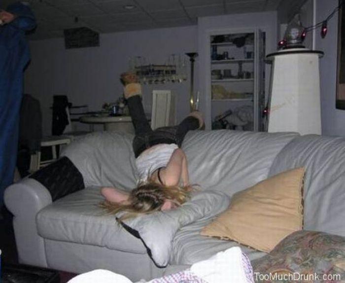 голые пьяные спящие тётки на кровати фото