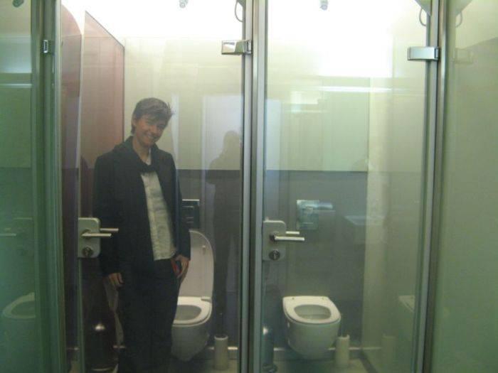 уже расстегнул девушка в туалете с прозрачной дверью мне плохо всегда,да