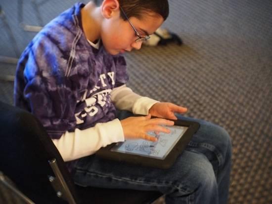 Из-за планшетов и компьютеров дети не пополняют свой словарный запас