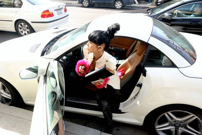 48-летняя актриса отправилась на маникюр топлес (12 фото)