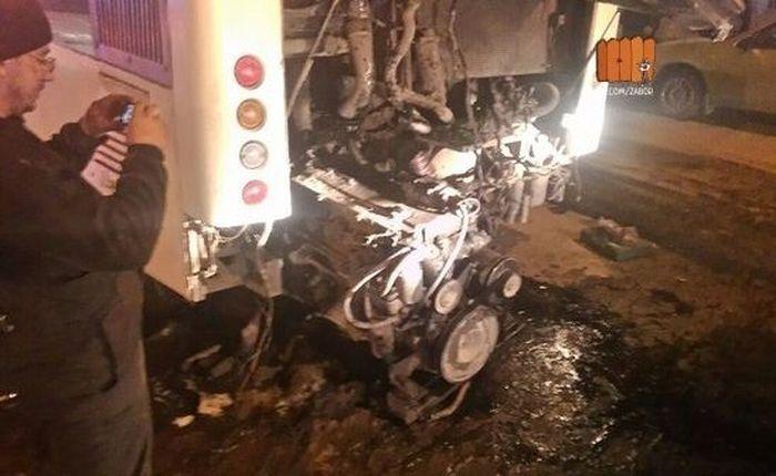В Ростове из городского автобуса вывалился и загорелся мотор (5 фото)