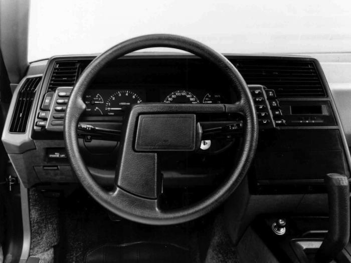Самые странные рули на серийных автомобилях (9 фото)