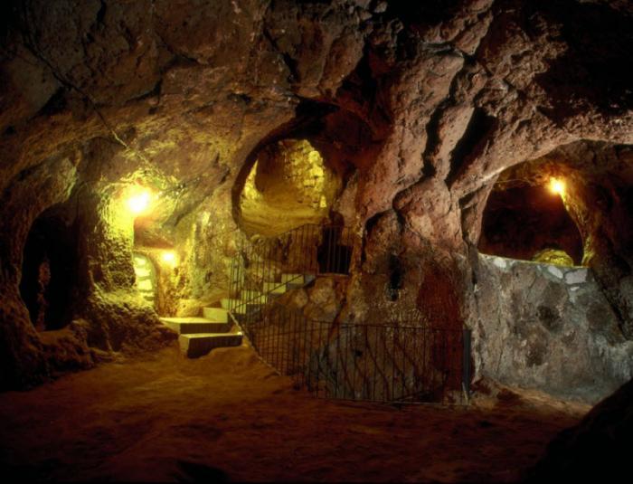 Мужчина ремонтировал дом и обнаружил целый подземный город (10 фото)