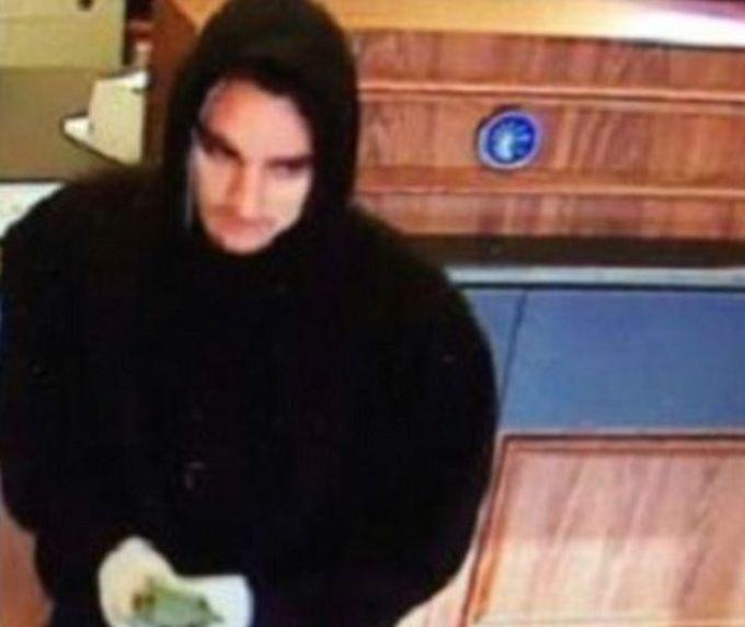 Грабитель банка спалился, опубликовав фото с деньгами в Facebook (6 фото)