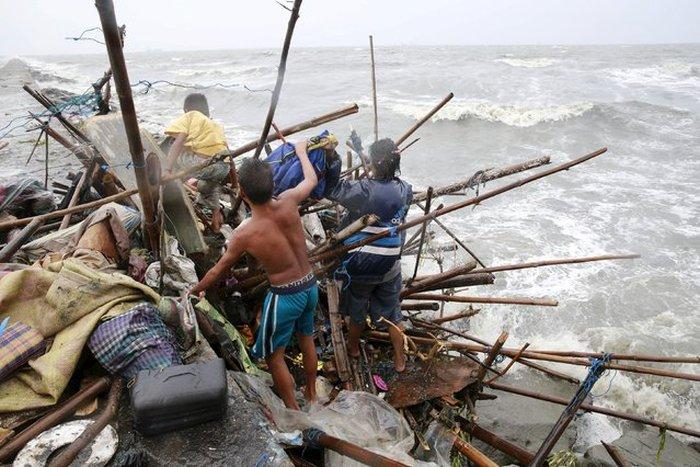На Филиппины обрушился тайфун Коппу (42 фото)