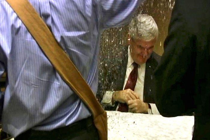 Чем забрасывали политиков недовольные граждане (5 фото)