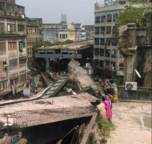 В Индии обрушилась строящаяся эстакада, есть жертвы (8 фото)