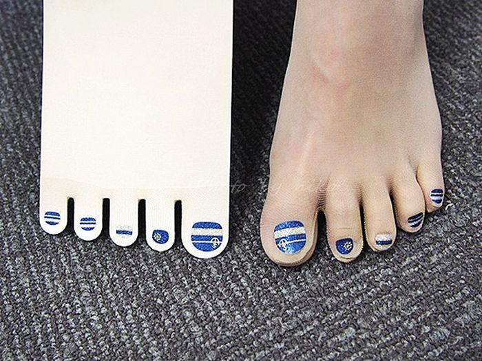 Шлюхи в чулках с накрашенными ногтями на ногах 24 фотография