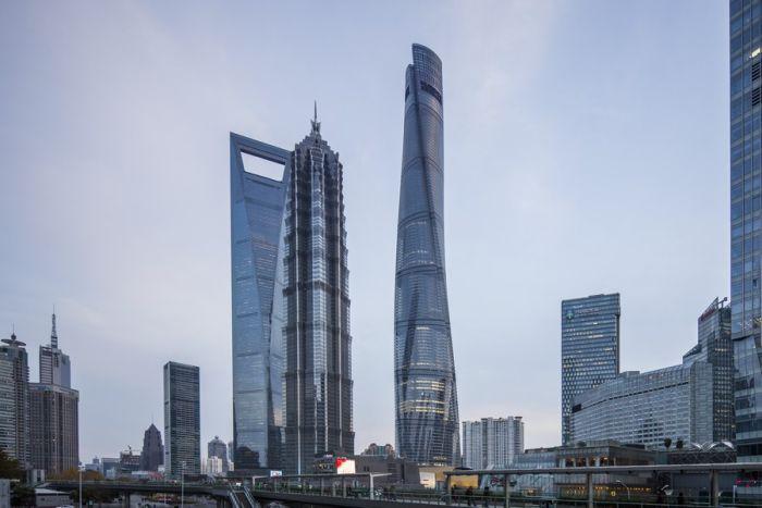 В Шанхае выпавшее с 76 этажа окно поранило человека (4 фото)
