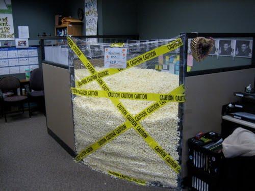 Как можно пошутить в офисе (21 фото)