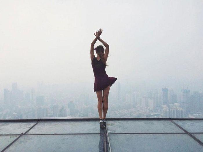 Ангелина Николау - руферша, которая фотографируется на краю крыш (14 фото)