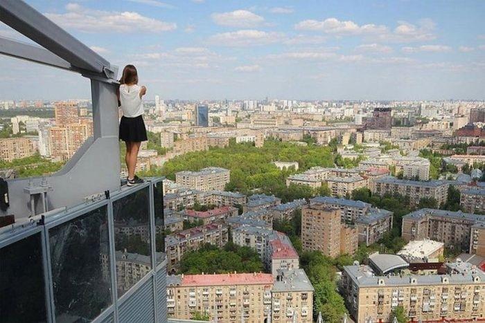 Девушка которая фотографируется на краю крыш (13 фото)