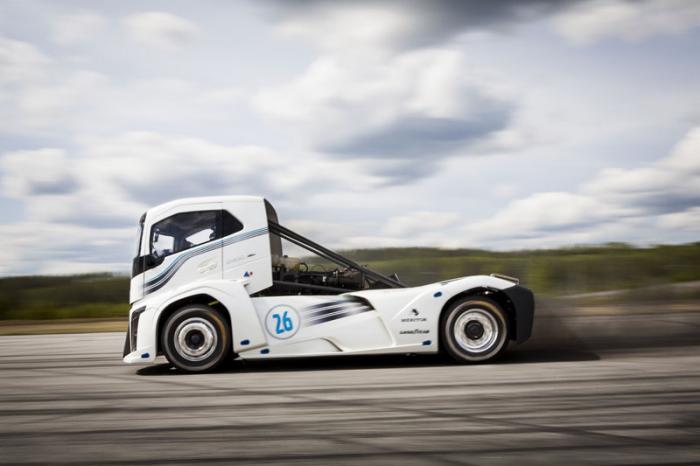 Грузовику Volvo Iron Knight удалось побить два рекорда (6 фото + 1 видео)