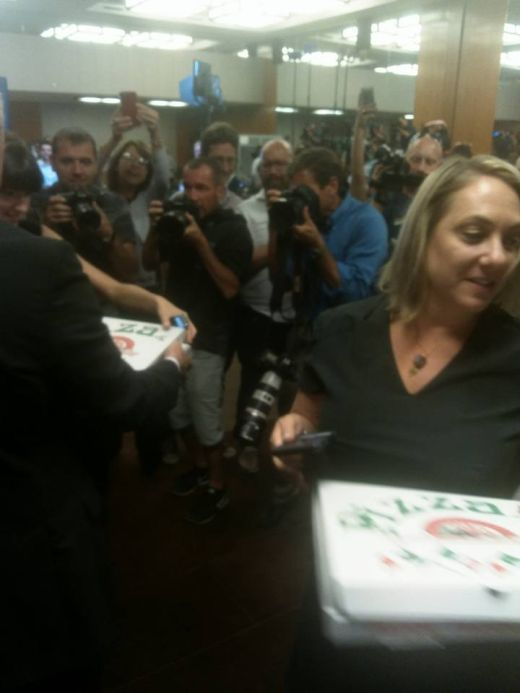 Сергей Лавров угостил журналистов пиццей и водкой (5 фото)