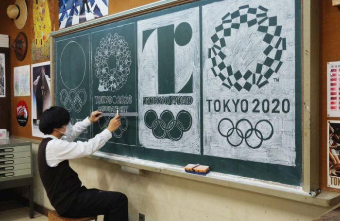 Учитель рисует удивительные рисунки мелом на доске (13 фото)