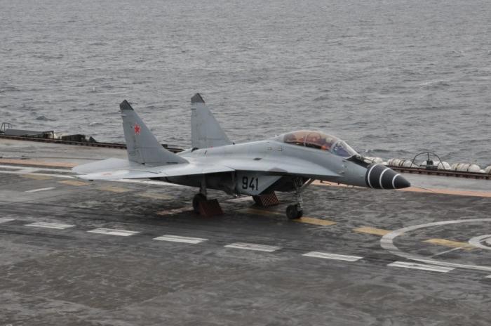 Как происходит посадка самолетов на авианосец (6 фото)