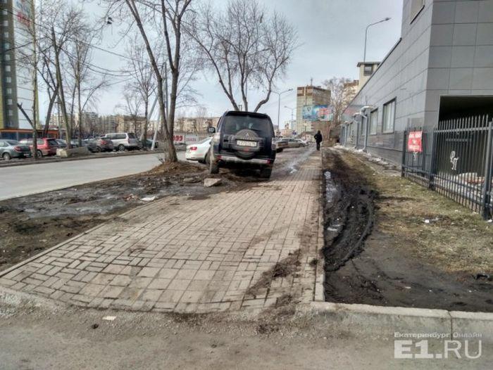 Автомобилисты Екатеринбурга, которым плевать на правила парковки (34 фото)
