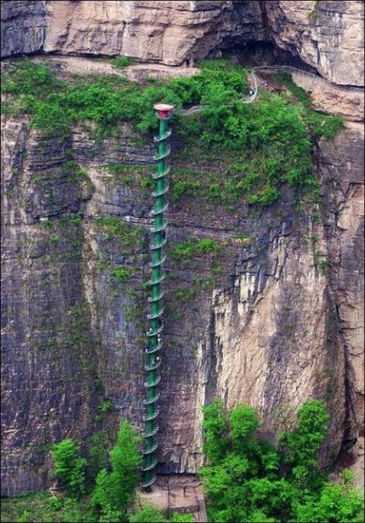 Невероятная винтовая лестница в горах Китая (5 фото)