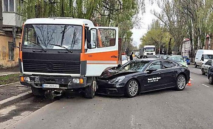 Во время тест-драйва разбили спорткар Porshe Panamera 4S (2 фото)