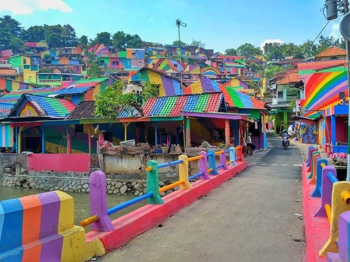 Кампунг Пеланги - индонезийская деревня в цветах радуги