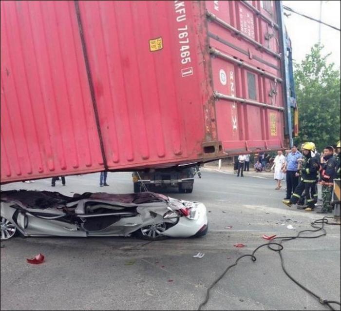 Уронили контейнер на легковушку (9 фото)