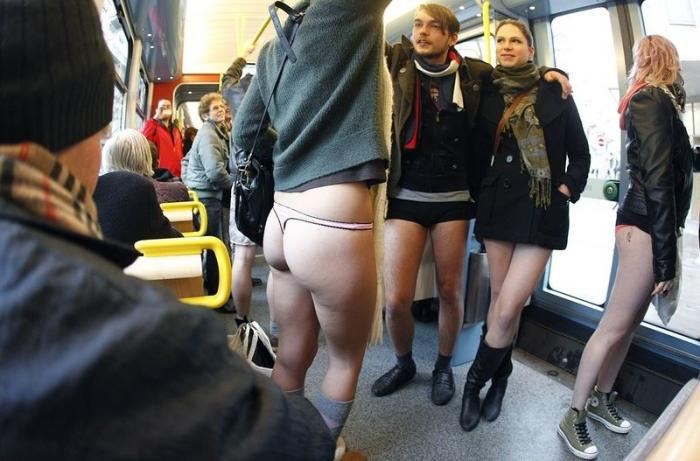 pokazala-trusiki-v-metro