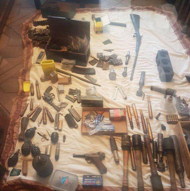 Инвалид-колясочник собрал внушительную коллекцию оружия (4 фото)