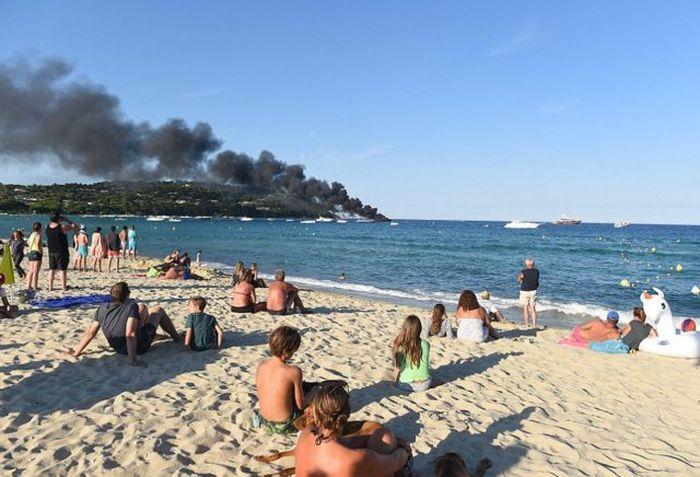 Пожар на роскошной яхте в Сен-Тропе (3 фото)