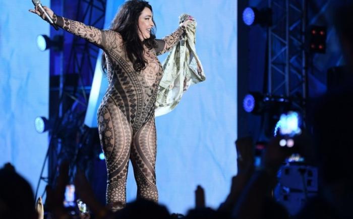 Лолита сорвала с себя одежду на сцене (9 фото)