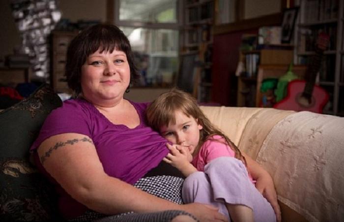 Британка планирует кормить дочь грудью до 10 лет (6 фото)