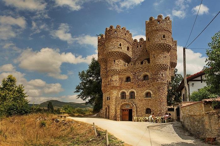 Испанец самостоятельно построил замок за 20 лет (6фото)