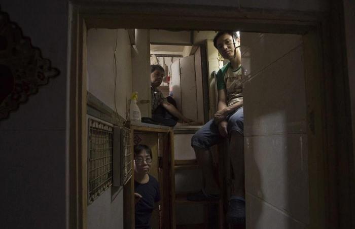 Жилье в трущобах Гонконга - оскорбление человеческого достоинства (14 фото)
