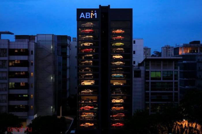 В Сингапуре появился автомат по продаже люксовых автомобилей (4 фото)