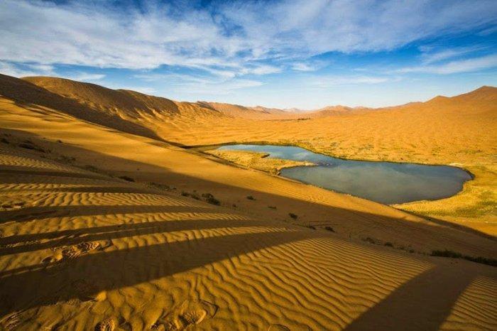 Пустыня с самыми высокими неподвижными дюнами и загадочными озерами ( 11 фото)
