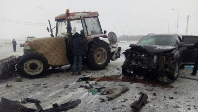 На трассе «Амур» Lexus врезался в снегоуборочную технику (2 фото)