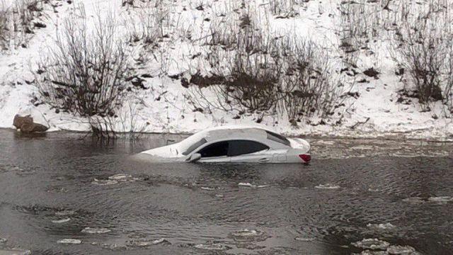 В Рыбинске на берег Волги течение прибило автомобиль Lexus (4 фото)
