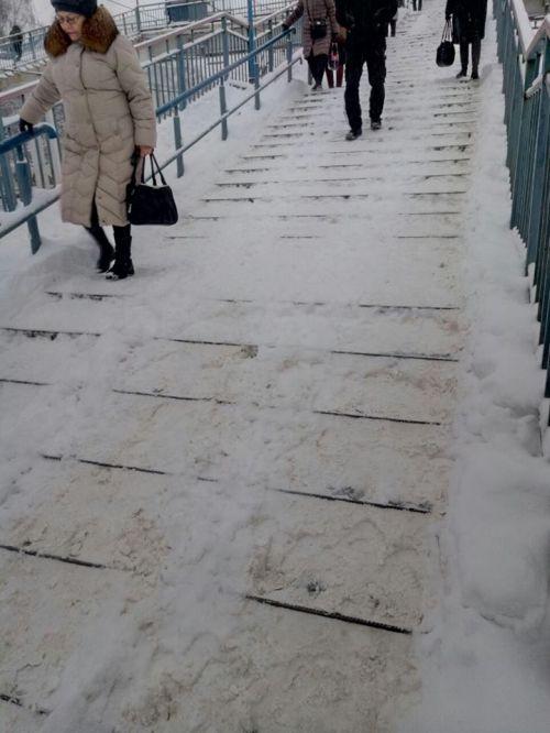 Зима в разгаре, нечищеные пешеходные мосты (3 фото)