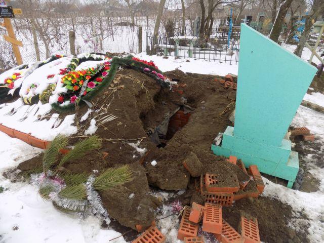 Вандалы разрыли склеп, чтобы отдохнуть в нем (2 фото)