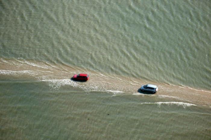 Удивительная дорога, дважды в сутки уходящая под воду (8 фото)