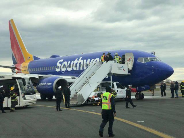 У самолета на высоте 10 тысяч метров взорвался двигатель (5 фото)