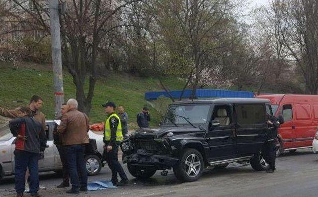 В Киеве пьяный автомойщик разбил Mercedes-Benz Gelandewagen (4 фото)