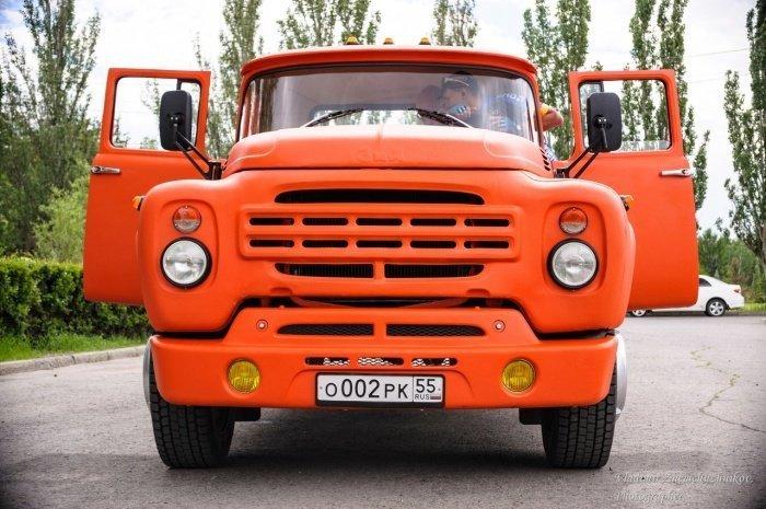 Омский бизнесмен собрал оранжевый пикап из ЗИЛа (6 фото)
