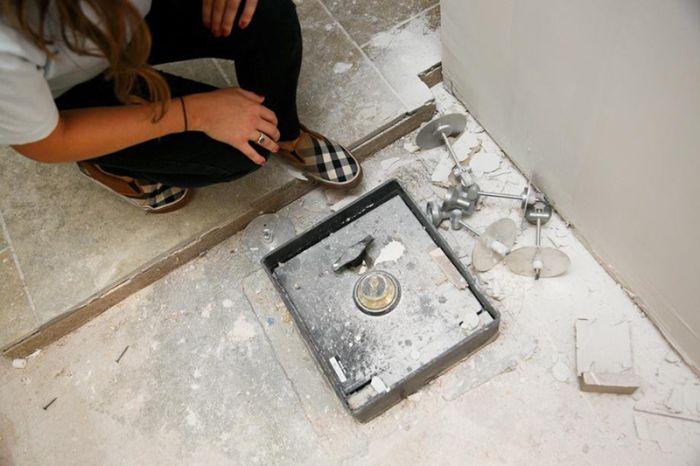 Американская семья обнаружила сейф под полом кухни (11 фото)