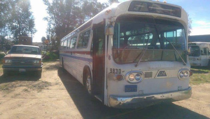 Дом на колесах в старом автобусе (21 фото)