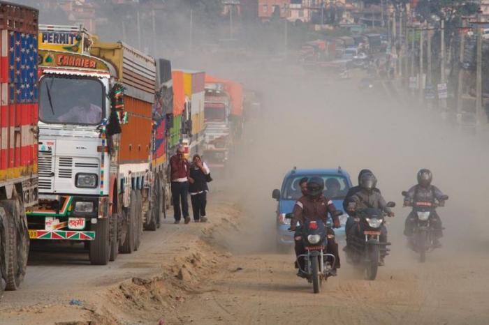 Разруха и пылевая завеса на дорогах Катманду (11 фото)