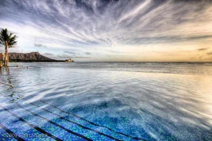 Невероятно красивые и необычные бассейны (20 фото)