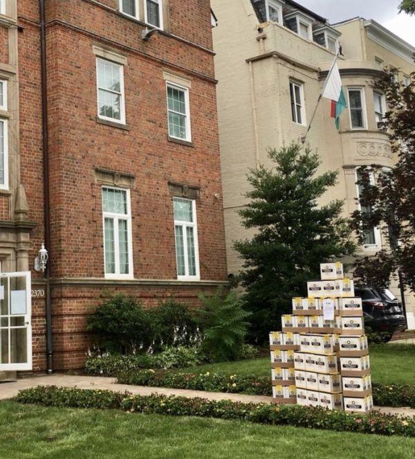 Мексиканци  доставили подарок в посольство Южной Кореи (2 фото)