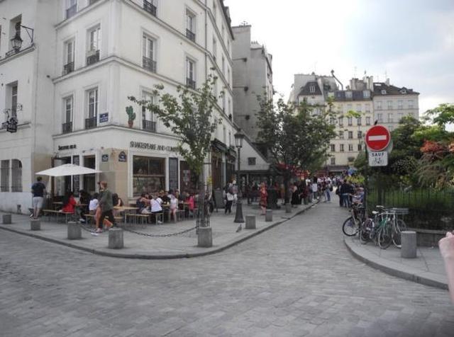 Какой была бы парижская улица, если бы она была в Москве (2 фото)