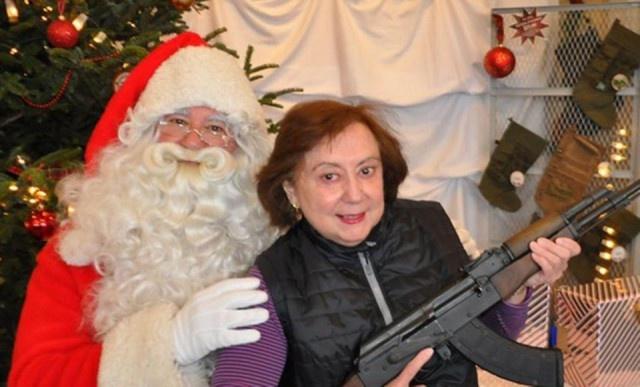 Американцы позируют с подаренным на Рождество оружием (15 фото)