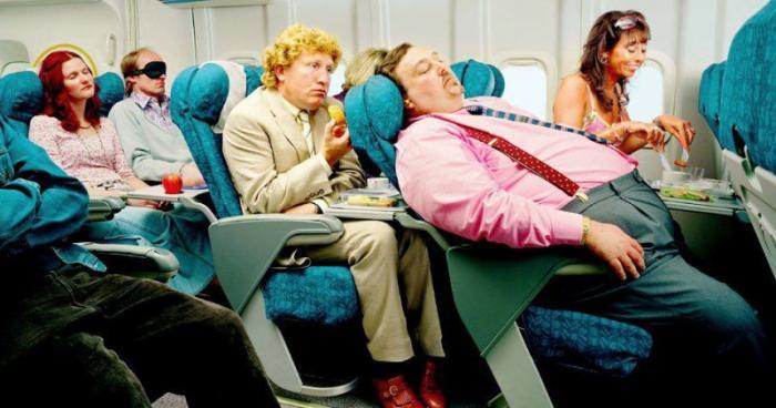 200-килограммовый толстяк унижал стюардесс в туалете лайнера (4 фото)